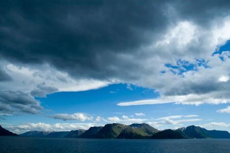 Dunkle Wolken über einem Fjord