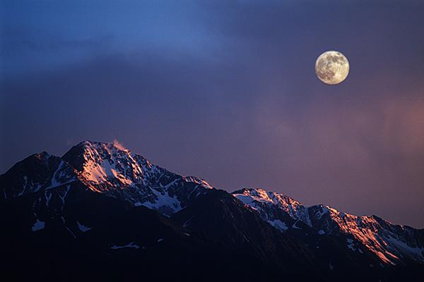 Berg im Abendlicht mit Vollmond