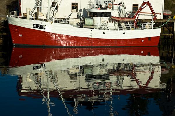 Fischerboot im Hafen von Henningsvær