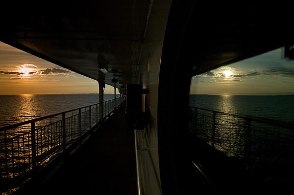 Spiegelung der untergehenden Sonne