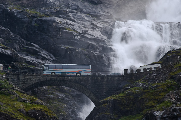 Brücke über den Wasserfall Stigfossen