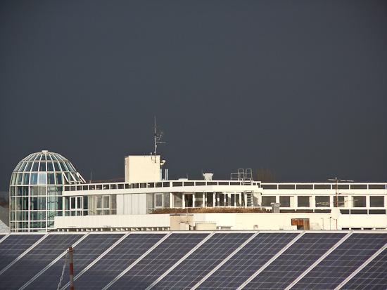 Bürogebäude und dunkle Wolken