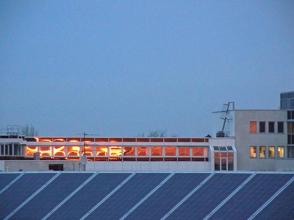Sonnenaufgang spiegelt sich in Bürofenstern