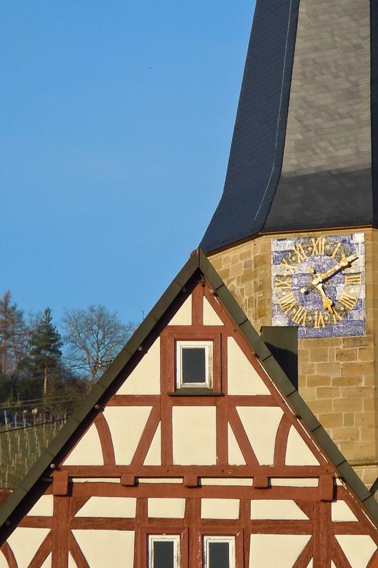 Fachwerkhaus und Kirchturm