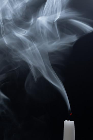 Qualmende weisse Kerze