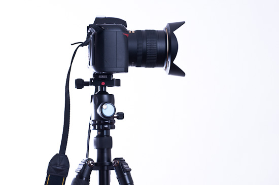 Kamera mit Stativ und Kugelkopf
