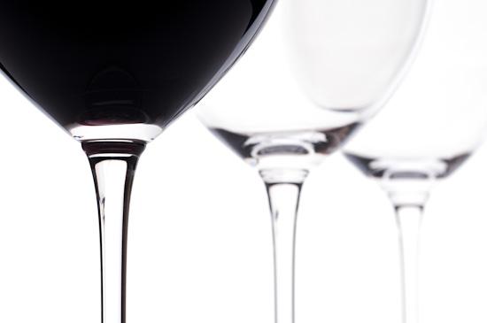 Drei Bordeaux-Weingläser mit Rotwein