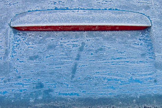 Frost auf einer Heckhaube und der Bremsleuchte