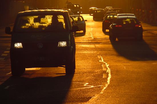 Straßenverkehr am Wintermorgen