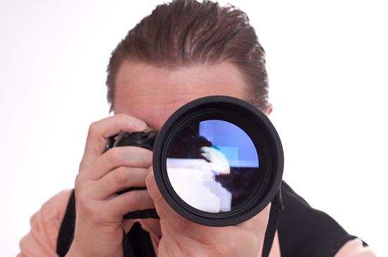 Selbstportrait als Fotograf mit Teleobjektiv von vorne