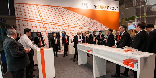 Briefing der Mitarbeiter vor der Eröffnung der Intersolar 2012