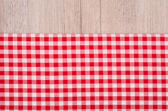 Rot weiss kariertes Tuch auf Holz
