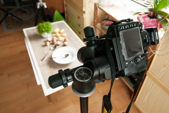 Kamera auf einem Stativ mit Dreiwege-Getriebeneiger im Studio