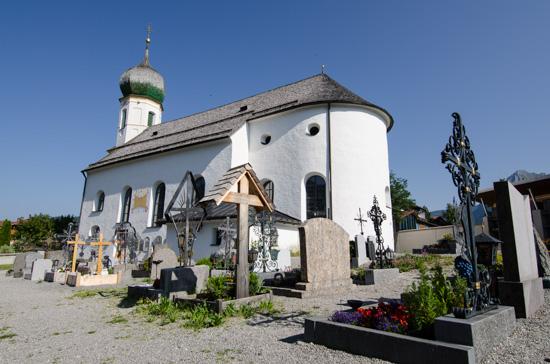Friedhof und Kirche in Grän