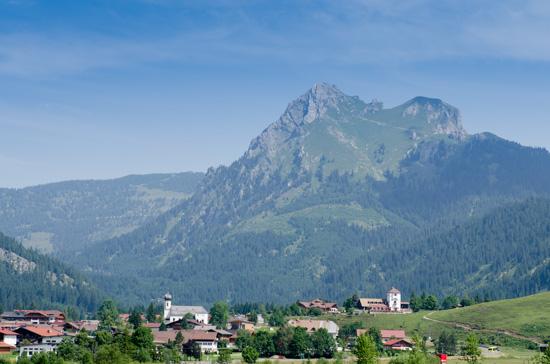 Ortschaft Grän mit dem Berg Aggentsein