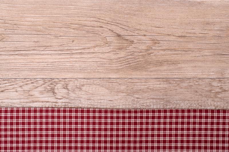 Altes Brett aus Holz und kariertes Tuch
