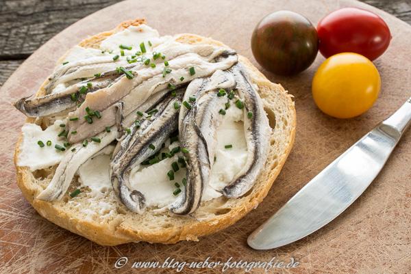 Belegtes Brötchen mit Sardinen und Ricotta