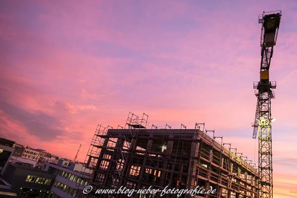 Baustelle mit Gebäude, Baugerüst und Kran