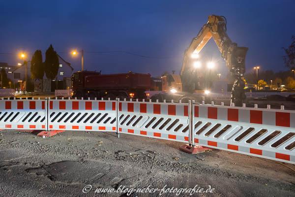 Baustelle mit Bagger und LKW