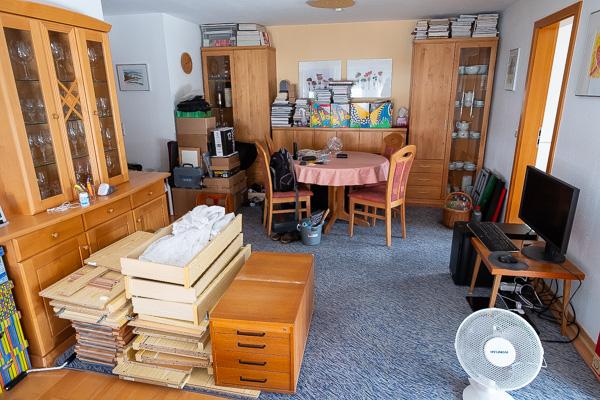 Alte Möbel und Dinge im Wohnzimmer als Lager