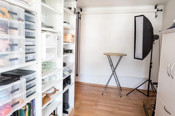 Fotostudio mit weißen Hintergrund und Klapptisch als Aufnahmetisch