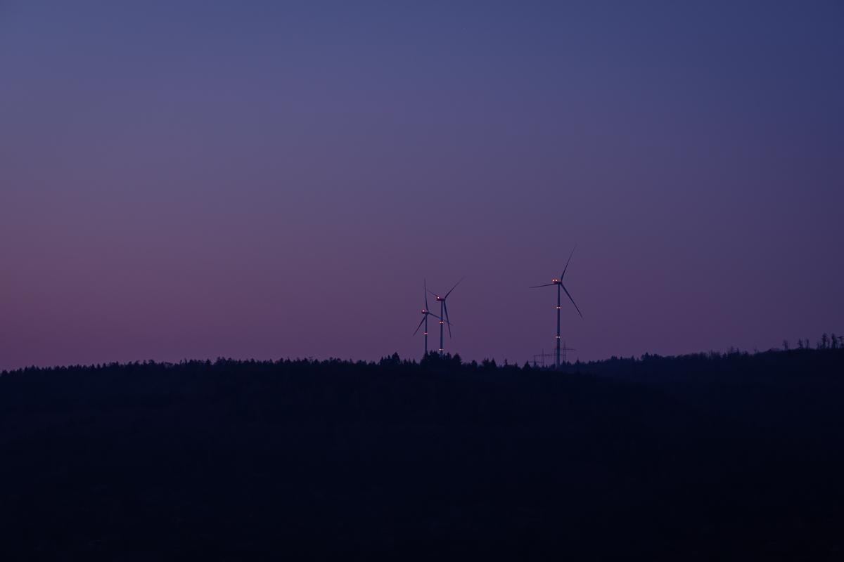 Windkrafträder in der Morgendämmerung